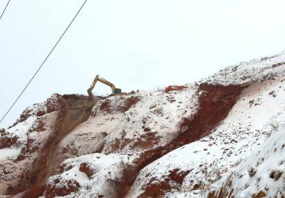 عملیات پایدار سازی و رفع خطر از ریزش کوه در خیابان شهید ولی پور باغمیشه ادامه دارد