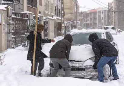 مشکلات انباشت برف برای شهروندان تبریزی مشکلات انباشت برف برای شهروندان تبریزی