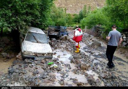 امدادرسانی هلال احمر به خودروهای گرفتار در سیل لیقوان