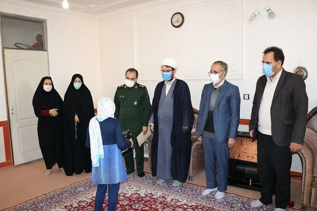 خیر مرندی هفت دستگاه تبلت به دانشآموزان اهدا کرد