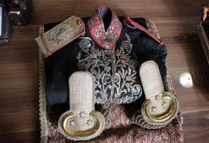 اهدای لباس سرتیپی ۱۱۶ ساله به موزه قاجار تبریز